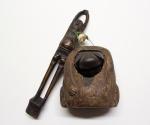 Rauchset mit Pfeifenhalter (kiseruzutsu) in Form eines Langbeinigen (Ashinaga), Tabakbehälter (tonkotsu) in Form eines Marderhundes (tanuki) und Schnurregler (ojime) in Form eines Kugelfisches