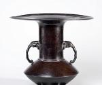 Vase mit Henkeln in Elefantenkopfform